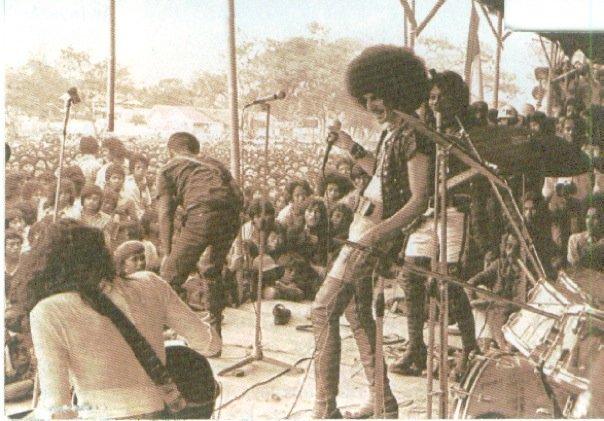 God Bless tampil di Pesta Musik Kemarau 1975 di Bandung (foto majalah Aktuil)