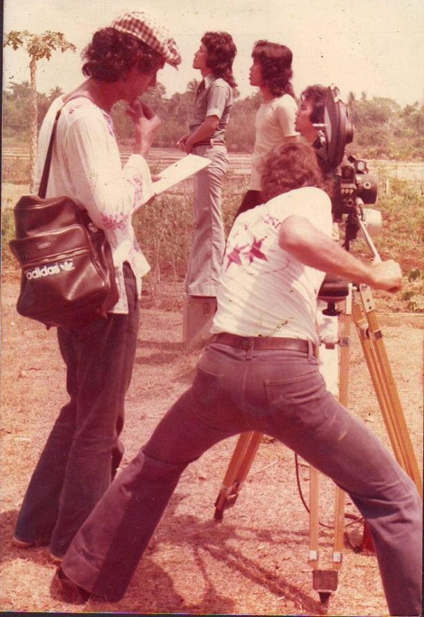 """Budi Schwarzkrone saat mengarahkan Bimbo dalam videoklip """"Sendiri"""" di tahun 1976"""