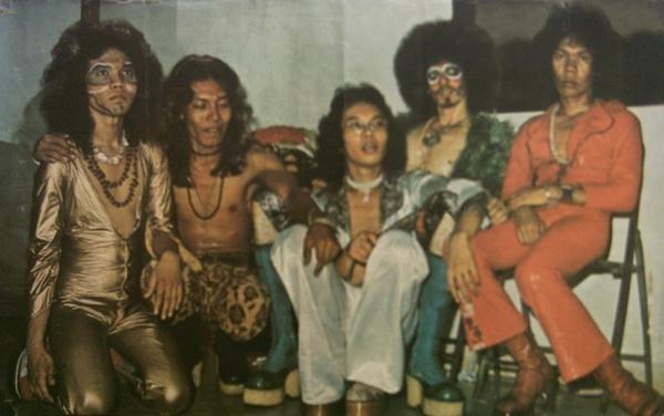 God Bless era 1974 bermarkas di Jalan Pegangsaan Barat uang didukung 3 Nasution bersaudara Keenan Nasution,Oding  Nasution dan Debby Nasution