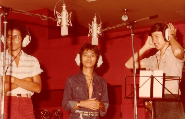 Carry Poetirai,Chris manuel Manusama dan Morgan Sigarlaki sebagai penyanyi latar Vina Panduwinata (Dok.Denny Sakrie)