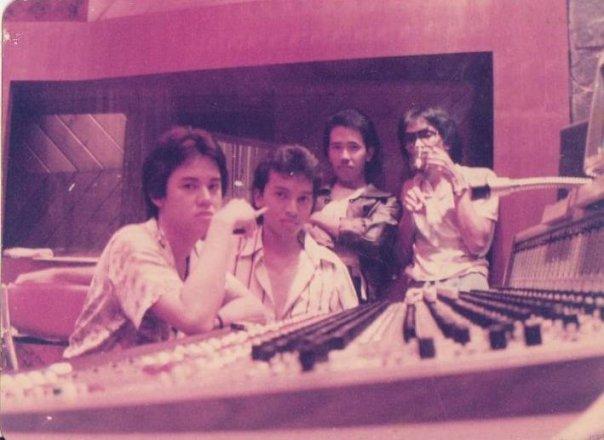Symphony formasi pertama tahun 1982 dari kiri Fariz RM,Ekki Soekarno,Herman Gelly dan Jimmy Paais (Foto Koleksi Herman Gelly)